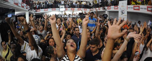 Público comemora o resultado da apuração do carnaval de 2011 no galpão da Vai-Vai no Bixiga (Foto: Raul Zito/G1)