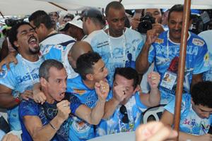 O coreógrafo Carlinhos de Jesus vibra com o dodecacampeonato da Beija-Flor (Foto: Alexandre Durão/G1)