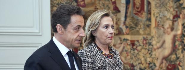 O presidente da França, Nicolas Sarkozy, e a secretária de Estado dos EUA, Hillary Clinton, durante reunião no Palácio do Eliseu neste sábado (19) (Foto: AP)