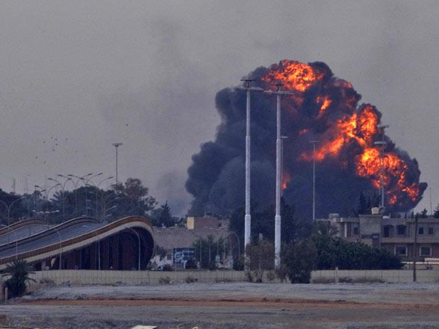 Imagem mostra explosão na periferia de Benghazi após a derrubada de um avião das forças leais a Kadhafi pelos rebeldes (Foto: Anja Niedringhaus/AP)