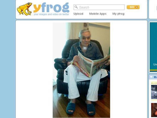 O humorista Chico Anysio sorri em sua casa (Foto: Reprodução/Twitter)
