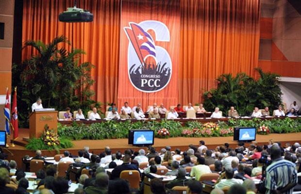 Imagem divulgada neste domingo mostra o presidente Raúl Castro durante discurso na abertura do congresso cubano, neste sábado, em Havana (Foto: AFP)