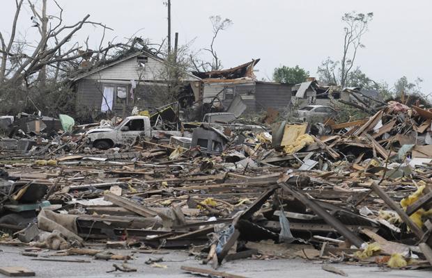 Casa destruída por possível tornado em Concord, no Arizona, é vista nesta quinta-feira (28) (Foto: AP)
