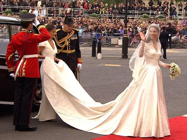Kate Middleton deixa carro ao chegar à abadia (Foto: AP)