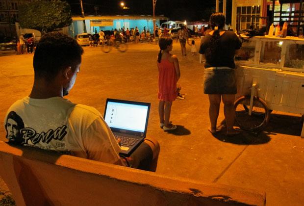 Morador de Presidente Figueiredo tenta há 30 dias acessar a web na praça. Ainda não conseguiu (Foto: Laura Brentano/G1)