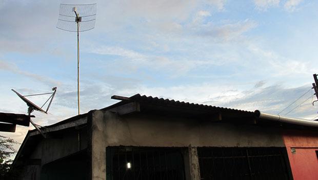 Rosalice instalou a antena em casa há 4 meses. Mas ela não consegue acessar quando chove (Foto: Laura Brentano/G1)