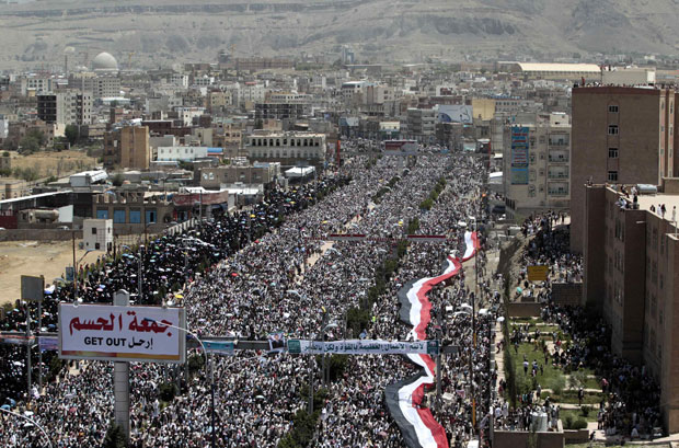 Multidão participa de protesto nesta sexta-feira (13) pedindo a saída do presidente do Iêmen, Ali Abdullah Saleh, em Sanaa (Foto: Reuters)