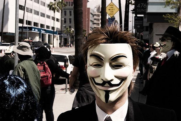 Manifestante em protesto contra a Cientologia na cidade de Hollywood, o primeiro grande protesto usando o rótulo (Foto: Jason Scragz/Flickr/CC-BY)