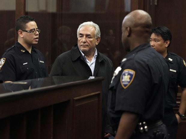 O diretor-gerente do FMI, Dominique Strauss-Kahn, espera para ser ouvido diante de tribunal nesta segunda-feira (16) em Nova York (Foto: AP)