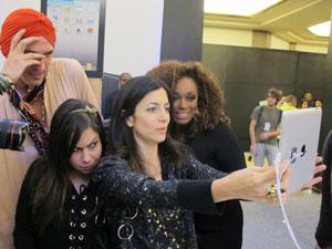 Celebridades compareceram ao lançamento do iPad 2 no Brasil e brincaram com o produto (Foto: Carlos Giffoni/G1)