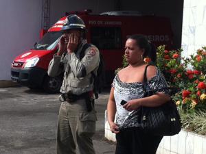 Soldado chora (Foto: Alba Valéria Mendonça / G1)