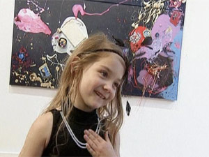 Aelita Andre durante na abertura de sua exposição individual  (Foto: BBC)