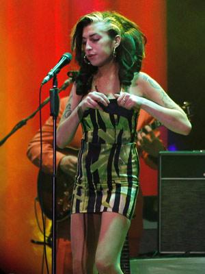 Amy Winehouse durante show em Belgrado, em que foi vaiada (Foto: AP)