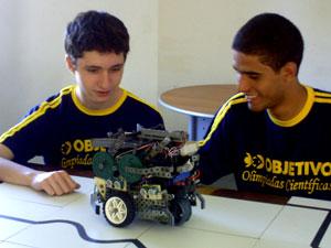 Wallace e Renato criaram um robô