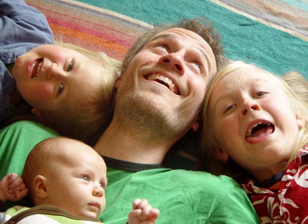 Jason Rohrerm designer de games independentes e criador de 'Chain World' e seus três filhos (Foto: Arquivo Pessoal)