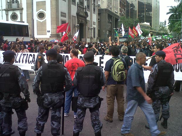 Professores e bombeiros protestam na Alerj (Foto: Carolina Lauriano/G1)