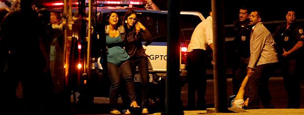 Passageira é ferida durante sequestro de ônibus no Centro do Rio (Foto: Marcelo Carnaval / Agência O Globo)