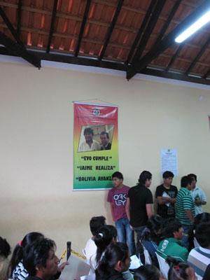 Cartaz na unidade consular diz: 'Evo cumple, Jaime realiza, Bolívia avanza'. (Foto: Kleber Tomaz / G1)