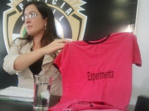 Delegada Aline Sinnott exibe camiseta usada por grupo (Foto: Hélder Rafael/G1 MS)