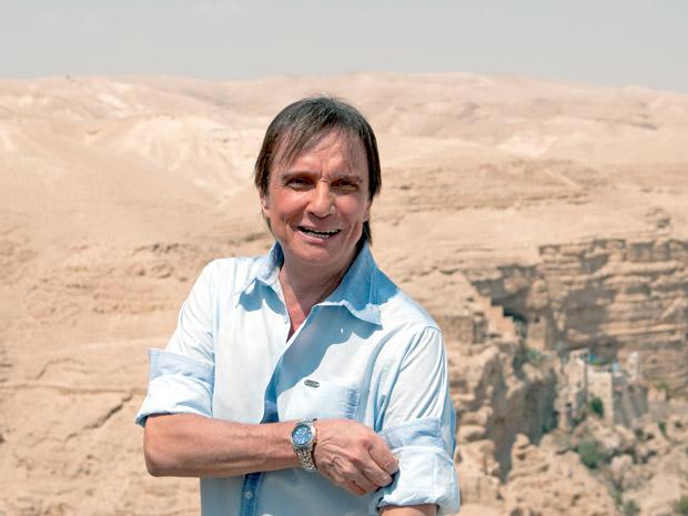 O cantor Roberto Carlos se prepara para as gravações no deserto da Judeia nesta segunda-feira (5), em Israel. Rei enfrentou calor de 40 graus  (Foto: Claudia Schembri/Divulgação)