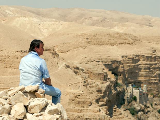 O Rei observa o Mosteiro de São Jorge no Vale Kelt, no deserto da Judeia, em Israel. Cantor enfrentou forte calor durante as gravações do especial da TV Globo (Foto: Claudia Schembri/Divulgação)