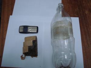 Celular estava escondido dentro da garrafa de refrigerante. (Foto: Divulgação Polícia Civil)