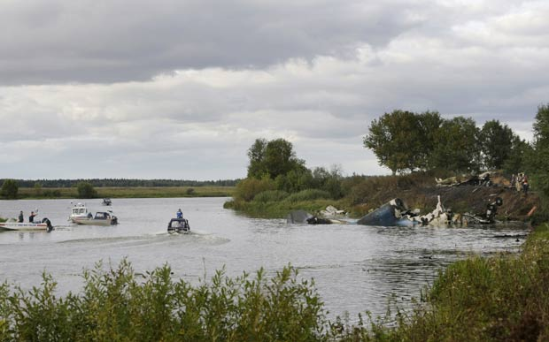 Equipes de buscas trabalham no local do acidente. (Foto: Misha Japaridze/AP)