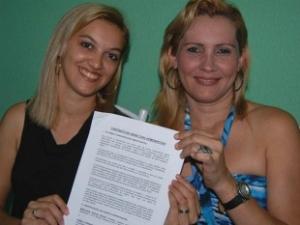 Casal exibe contrato de união homoafetiva. (Foto: Agência Revista Central)