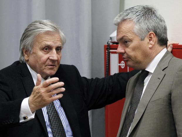 Presidente do Banco Central Europeu, Jean Claude Trichet, conversa com o ministro das Finanças belga, Didier Reynders (D), durante reunião de ministros das finanças europeus em Luxemburgo  (Foto: Reuters)