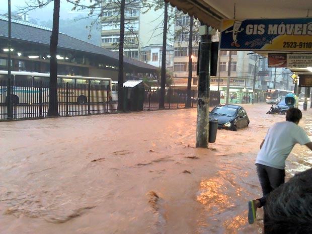 A chuva forte deste sábado (15) deixou algumas ruas do centro de Nova Friburgo alagadas. Cidade da Região Serrana do Rio está em estado de atenção desde o fim da tarde (Foto: Carolina Izabel de Siqueira/VC no G1)