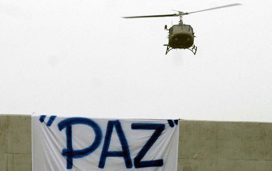 Helicóptero da policia sobrevoa a favela