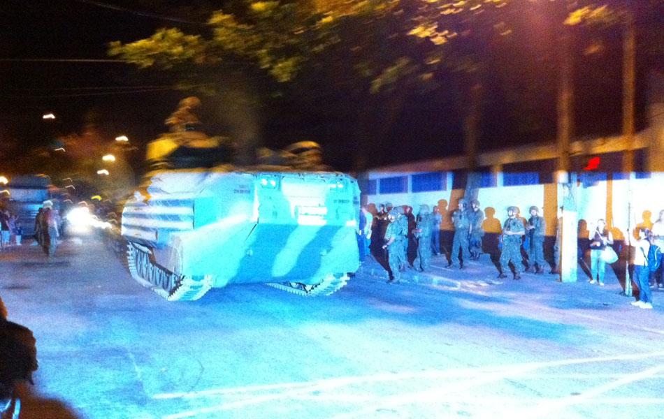 Blindado segue para operação na favela carioca