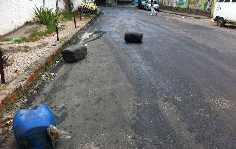 Galões de óleo na subida do Vidigal. É possível ver muito óleo na pista da Avenida Presidente João Goulart, principal acesso ao alto do morro