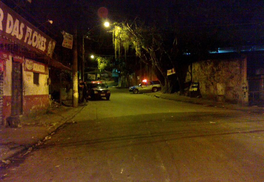 Bloqueio policial em um dos acessos à comunidade da Rocinha, no Rio, durante a madrugada deste domingo (13)
