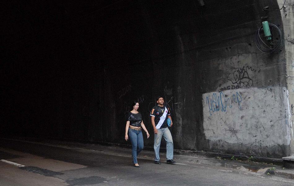Moradores atravessam o túnel para chegar à Rocinha