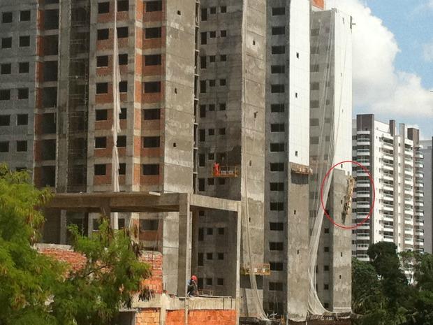 Equipamento ficou pendurado em uma altura de 35 metros (Foto: Héveny Bandeira / G1 AM)