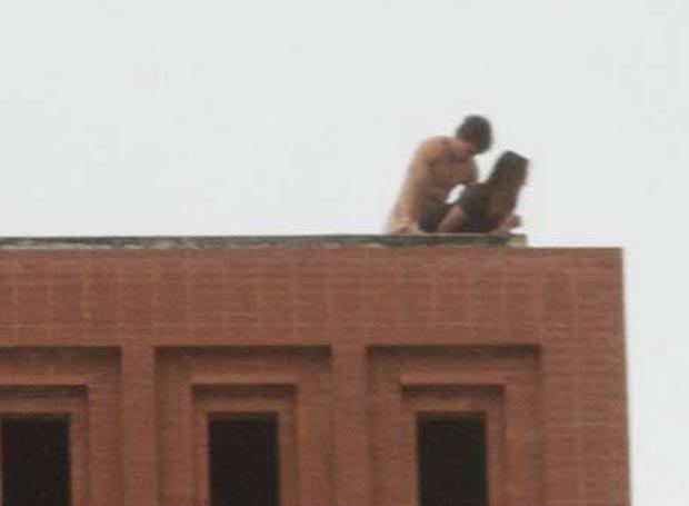 Em março de 2011, um casal foi fotografado fazendo sexo no telhado de um prédio da Universidade do Sul da Califórnia (USC). (Foto: Reprodução)