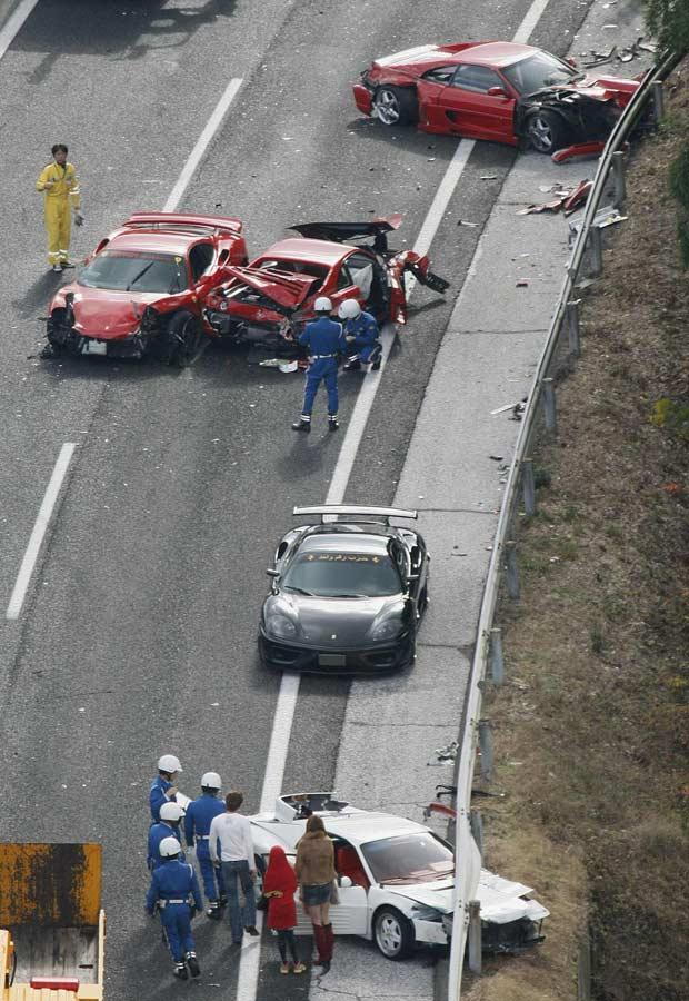 Acidente em estrada no Japão envolve oito Ferraris, três Mercedes e um Lamborghini; ao todo, 14 carros foram atingiidos (Foto: Kyodo/Reuters)
