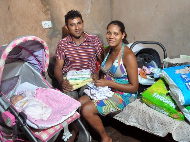 Maria e o marido disseram que as doações vieram em uma boa hora (Foto: Tawany Marry/ G1 MS)