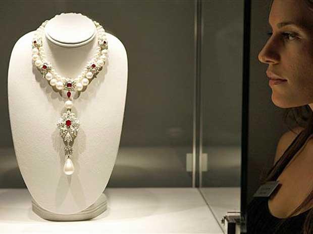 'A peregrina', pérola dada por Richard Burton a Liz Taylor na década de 1960, alcançou o preço recorde de US$ 11,8 milhões. (Foto: Arquivo / AP Photo)