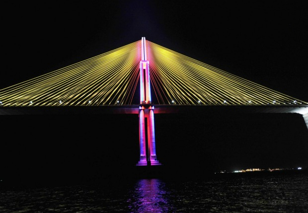 O sistema destaca o mastro central e os pilares ao longo dos 3,6km da ponte (Foto:  Chico Batata/Agecom)