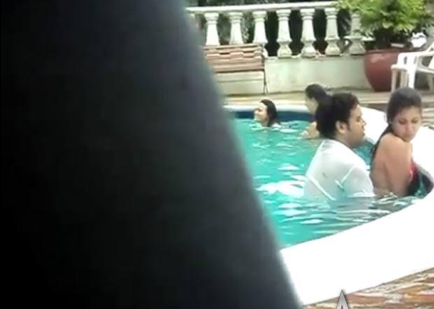 Casal foi flagrado fazendo sexo em piscina pública na Colômbia. (Foto: Reprodução)