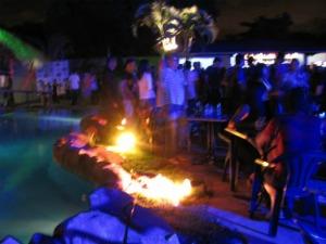 Três bandas de forró revezam palco ao lado de lago artificial no The Club, que recebe ainda DJ e dupla sertaneja nos ambientes internos. (Foto: The Club/ Divulgação)