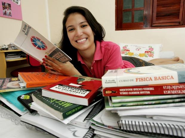 Adriana Nunes quer cursar o ITA mesmo sendo a primeira colocada no IME; ela tentou três vezes o exame estudado das 7h Às 22h (Foto: Viviane Araújo/ Agência Diário)