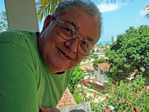 José Cláudio na varanda de casa, em Olinda. (Foto: Katherine Coutinho / G1)