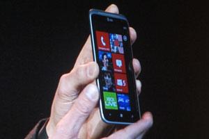 Celular HTC Titan II com sistema Windows Phone foi apresentado em evento da Microsoft na CES (Foto: Gustavo Petró/G1)