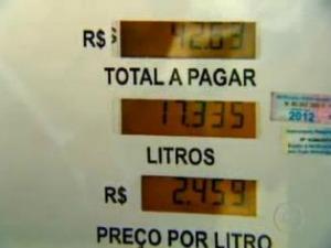 Uma placa eletrônica faz com que a bomba de combustível marque mais litros do que realmente é abastecido no veículo (Foto: Reprodução/ TV Globo)