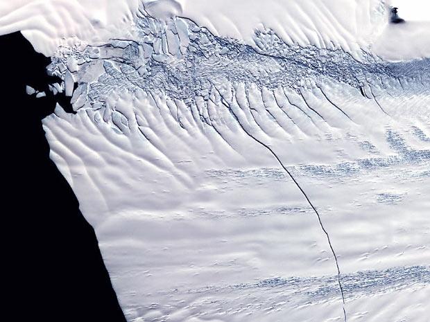 Fotografia da Nasa mostra fenda que pode formar iceberg maior que Nova York (Foto: Nasa/ GSFC/ METI/ ERSDAC/ JAROS, and U.S / Japan ASTER Science Team)