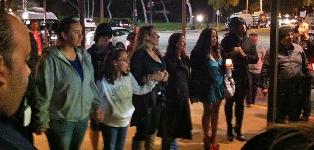 Unidos em oração, grupo presta homenagem na porta do hotel (Foto: Mariana De Lucca/G1)