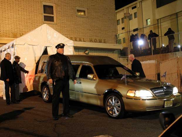 O corpo de Whitney Houston chega Whigham Funeral Home, em Newark. (Foto: Rich Schultz / AP P Hoto)